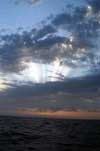Восход солнца 18 марта 2003 года в центре Атлантики