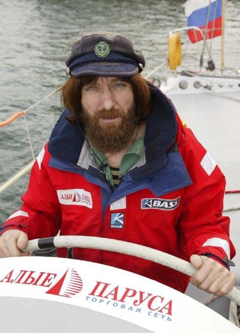 Фото: Тьерри Мартинез www.thmartinez.com  Федор Конюхов за штурвалом яхты  Торговая сеть Алые Паруса .