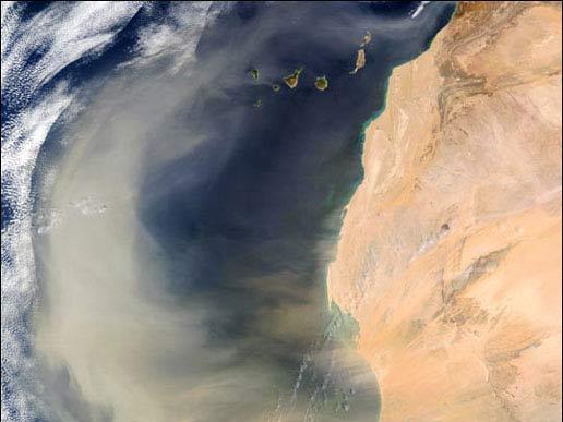 Песчаные бури в Сахаре выносят песчаную взвесь на тысячи километров на запад в Атлантику.