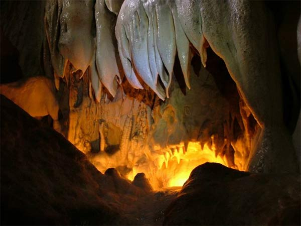Тажеранские степи находится неподалеку от берегов Малого Моря.  Здесь есть пять уникальных, красивейших пещер...
