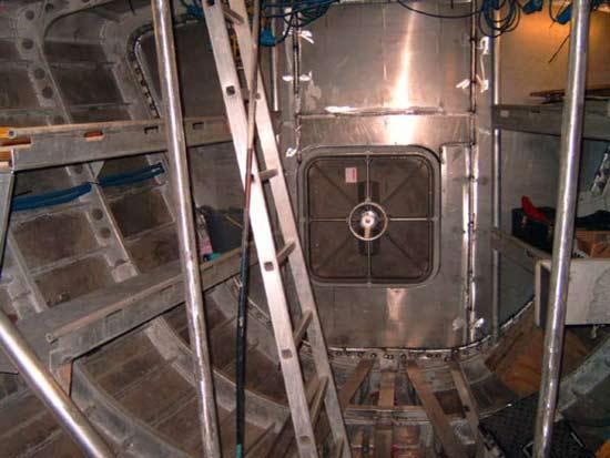 На яхте установлены 4 водонепронецаемые перегородки оборудованные дверьми, которые обычно устанавливаются на подводных лодках и глубоководных батискафах. Таким образом 25 метровая яхта разделена на четыре автономные части. В случае если один отсек будет пробит и затоплен, общий объем воздуха в трех других, позволит удержать яхту на плаву.